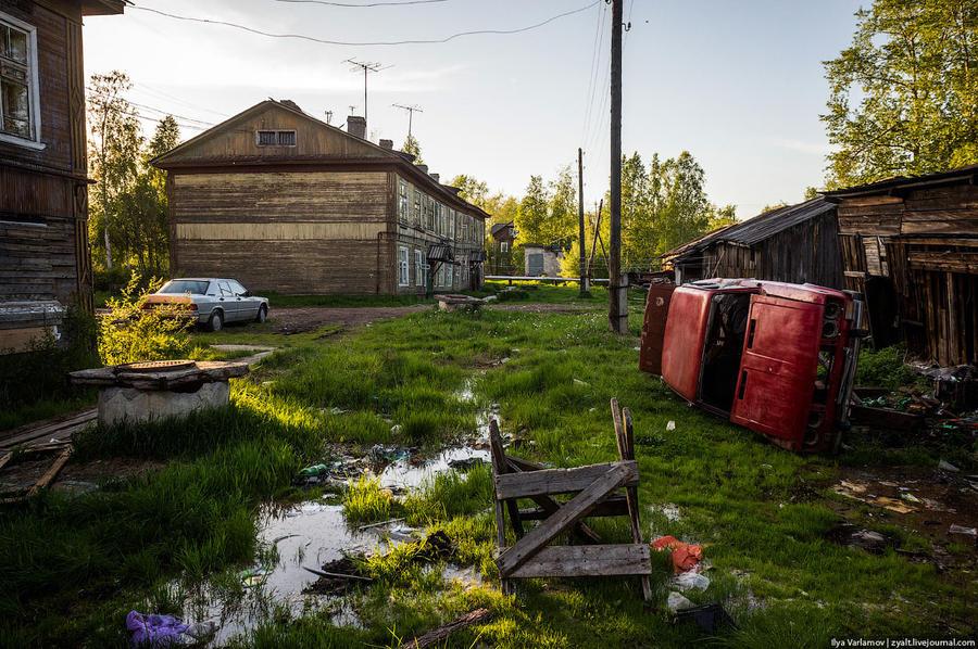 60. Двор с красной машиной.