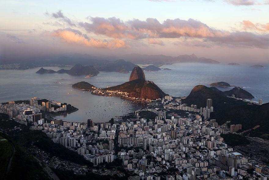 Вид на гору Сахарная голова и Рио-де-Жанейро, Бразилия.