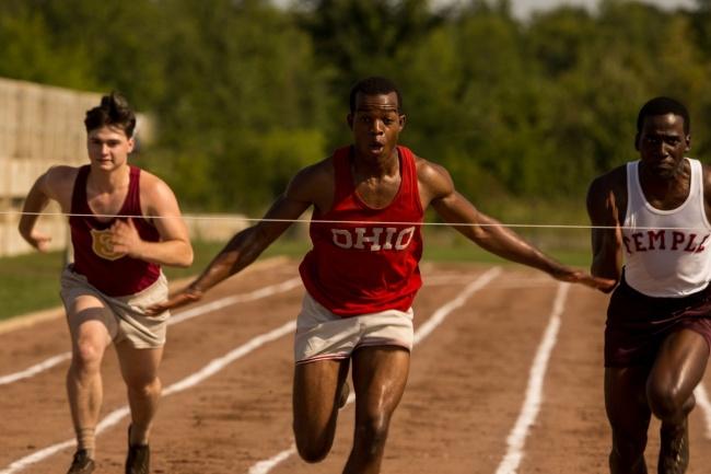 Основанная на реальных событиях история легендарного чернокожего атлета Джесси Оуэнса, чье невероятн