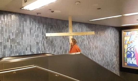Мужчина вобразе Иисуса застрял наэскалаторе вКёльне из-за гигантского креста