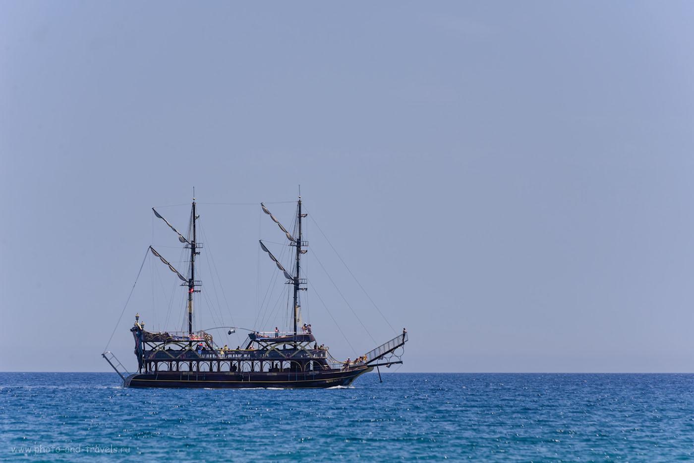 Фото 24. На такой яхте туристы отправляются на экскурсию «Демре – Мира – Кекова», которую я нахваливал в начале отзыва, и советовал на неё попасть, если будете отдыхать в Кемере. Фотокамера Nikon D610, телеобъектив Nikon 70-300. 1/250, 0.67, 8.0, 100, 280.
