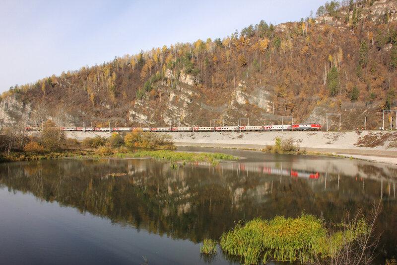 ЭП2К-292 с поездом 102 Пенза - Нижневартовск на станции Биянка на фоне озера и гор