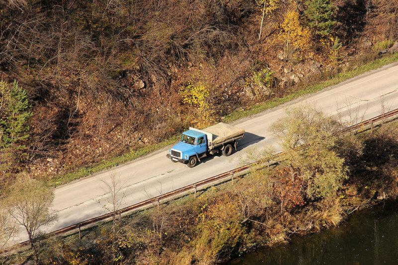 Грузовой автомобиль на дороге у перегона Симская - Биянка