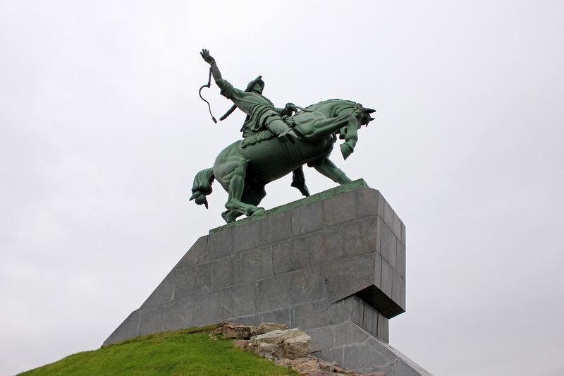 Памятник Салавату Юлаеву, вид сбоку