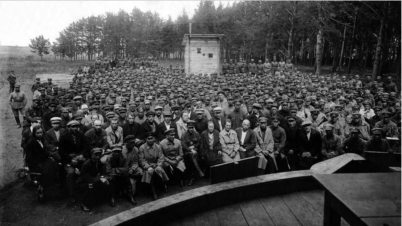 Военные в летнем кинотеатре