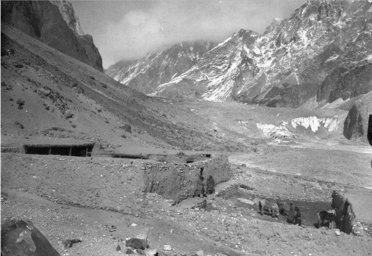 Ледник и Тамга-Таш-Сарай в северной части долины реки Музарт