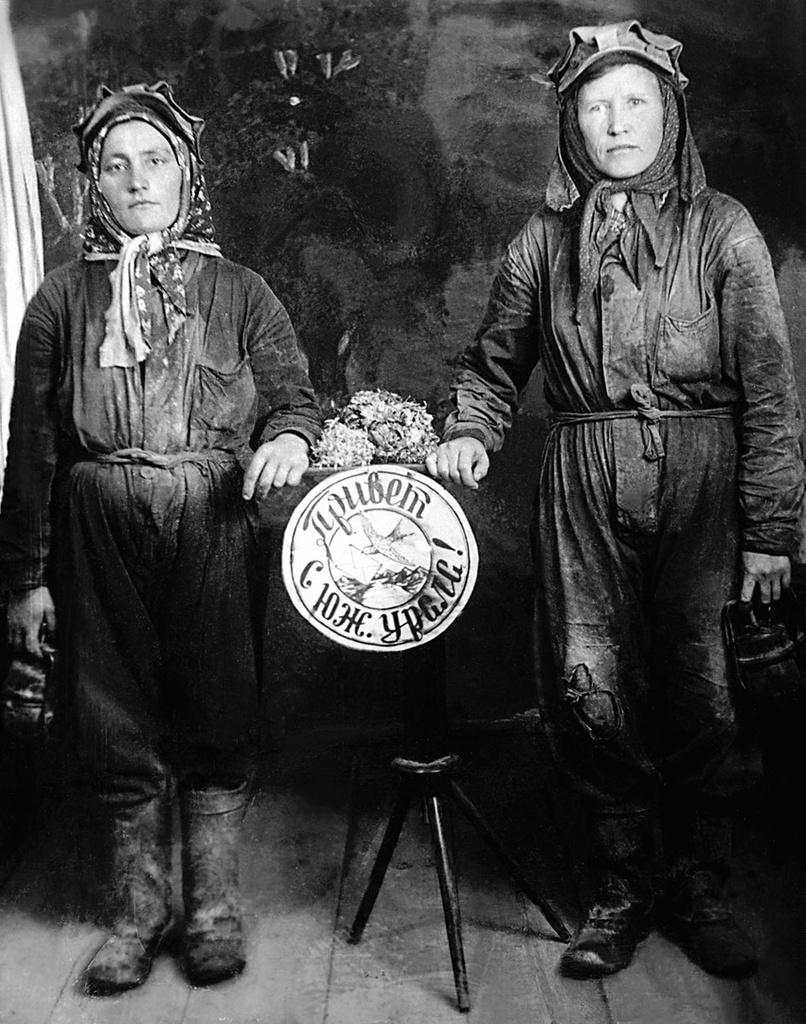 Пласт. Трест «Кочкарьзолото». Тетюева (взрывник) и Котельникова (подземный каталь). 1943