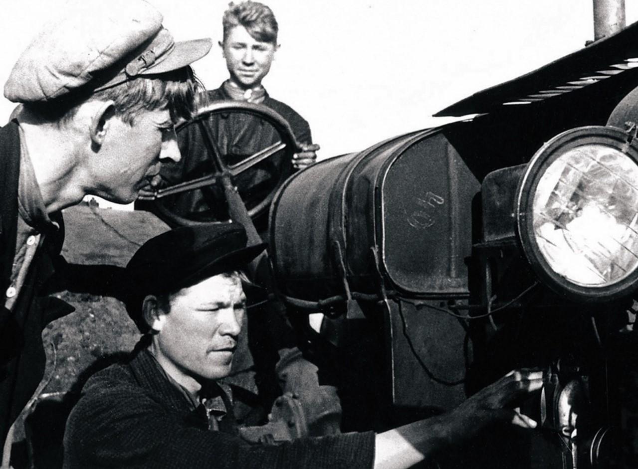Полетаевская МТС. Директор МТС орденоносец Соколов и лучший бригадир Аксенов проверяют состояние трактора. 1942