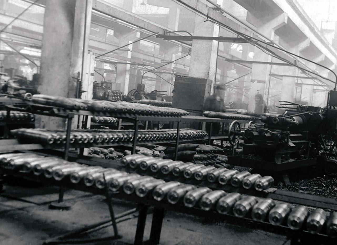 Челябинск. Завод имени Серго Орджоникидзе. Поточное производство снарядов 122-мм калибра. 1943