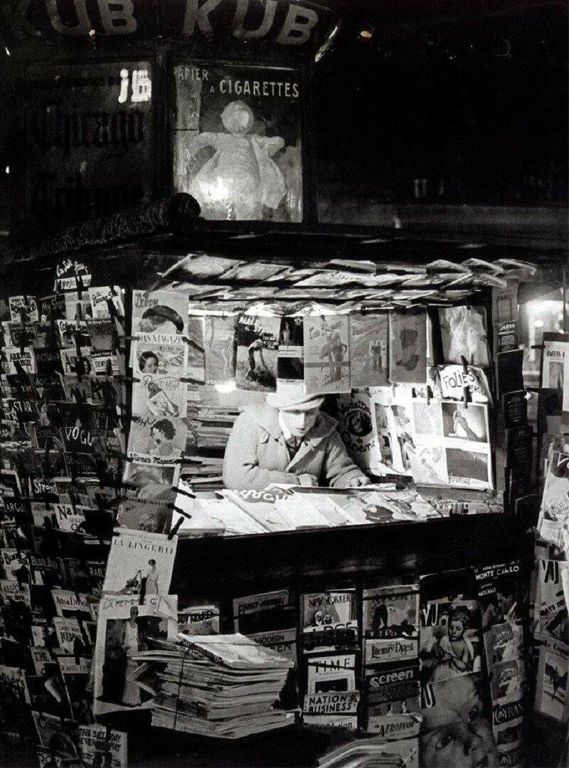 1932. Газетный киоск