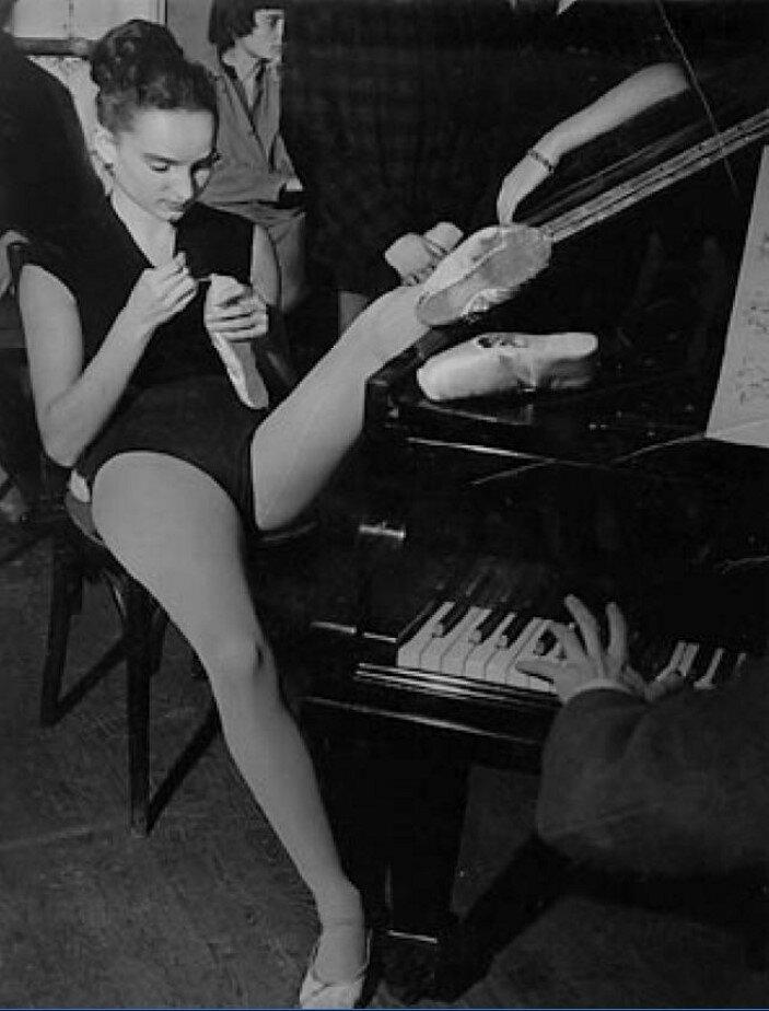 1953. Балерина зашивает балетные туфли