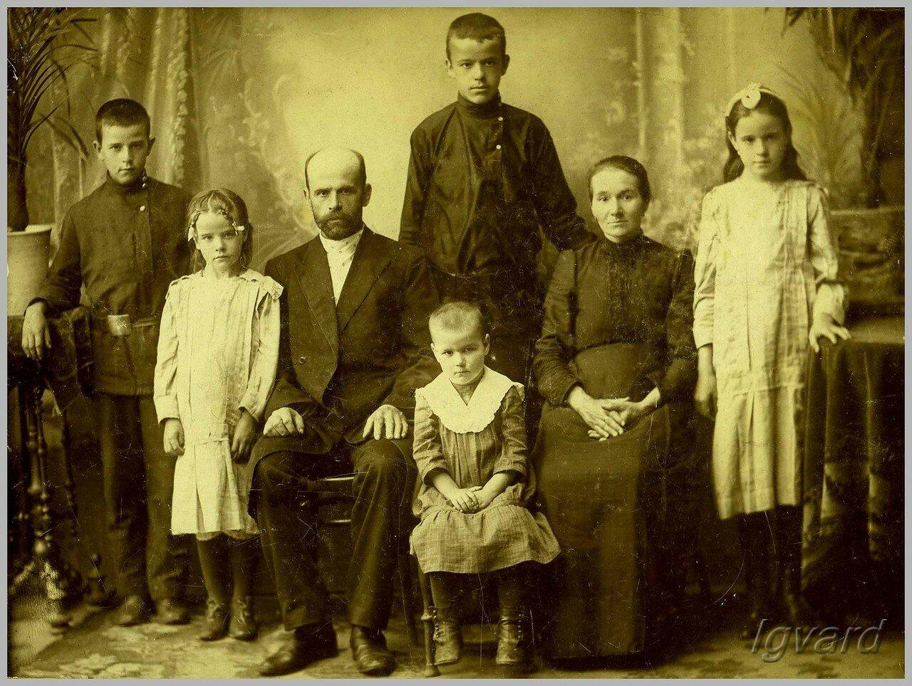 Илларион Андреевич Лапченко с семьей. 1916