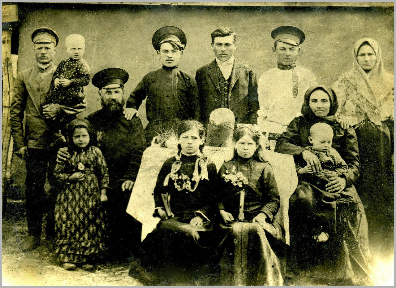 Знаменское. Четвертый слева - Дмитрий Андреевич Человьян (1866-1944) со своей семьей. 1915