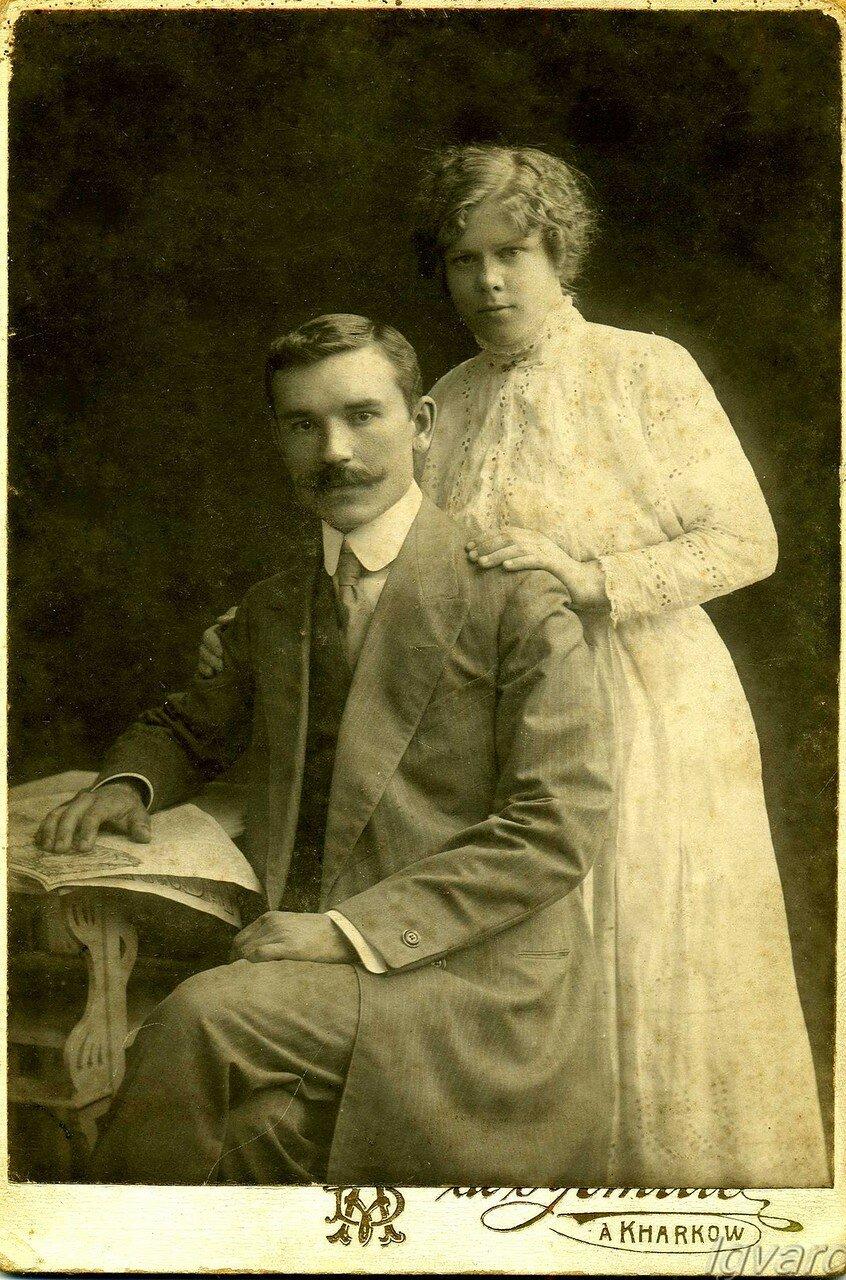 Мария Степановна Легуш с мужем Аркадием Петровичем Николаевым. 1915