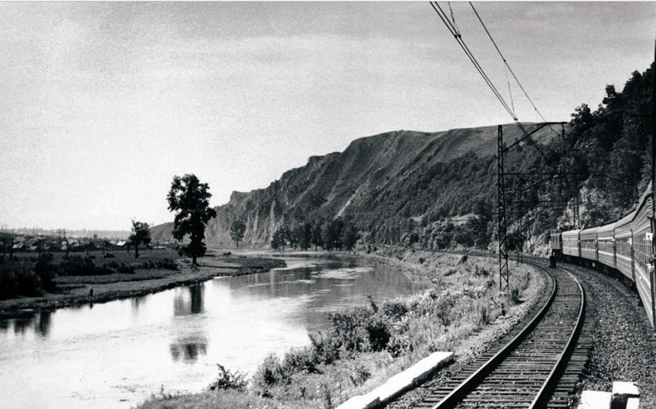 Панорама Уральских гор и жилого поселка по берегу реки Юрюзань (1952)