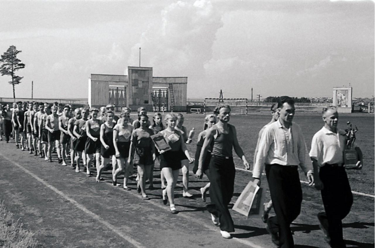 Челябинск. Областная сельская спартакиада. Команда-победительница спортсменов Еткульского района после награждения совершает круг почета (1952)