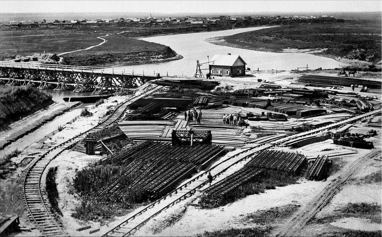 1892 - 1896. Склад железных конструкций и рельсов для постройки железнодорожного моста через реку Тобол