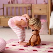 малыш и игрушка