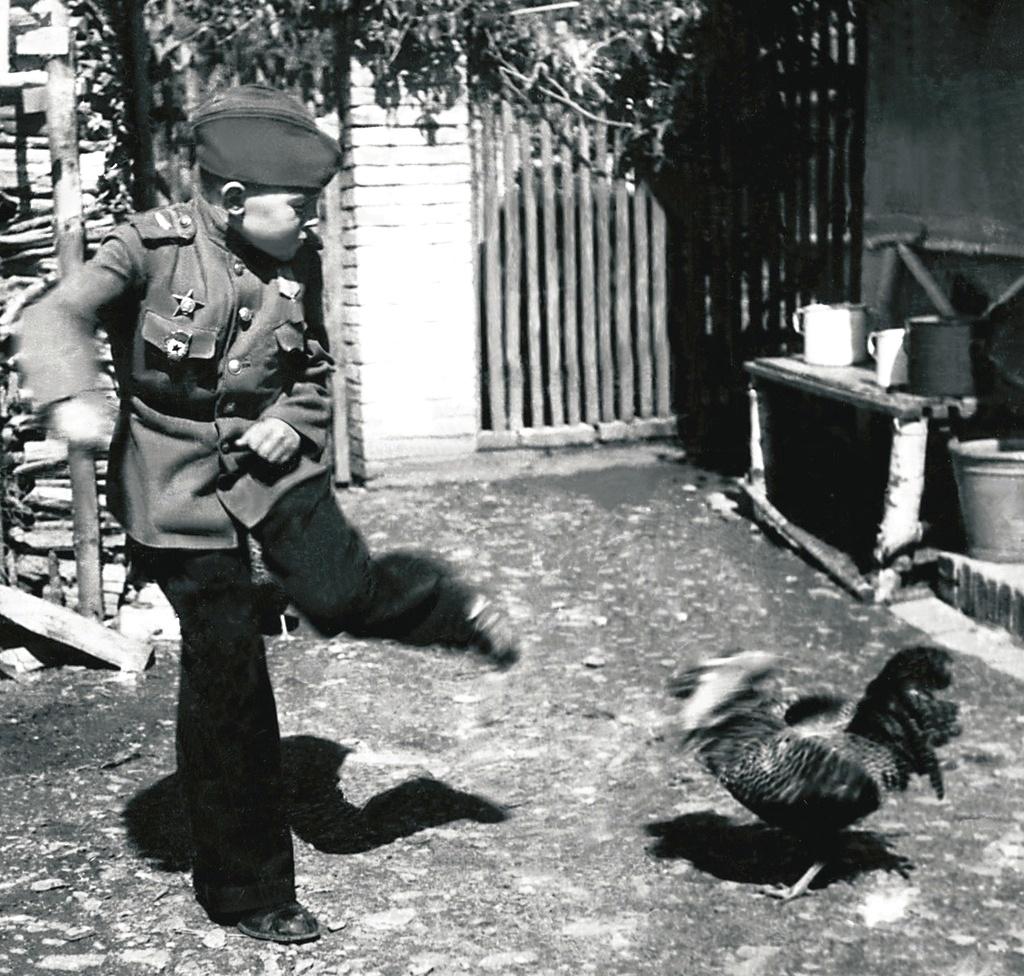 Воспитанник 63-й гв. Челябинской танковой бригады Толя Якишев в минуту отдыха.