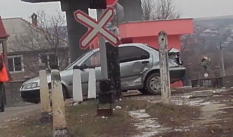 Поезд протаранил легковой автомобиль в молдавском селе Сынжера