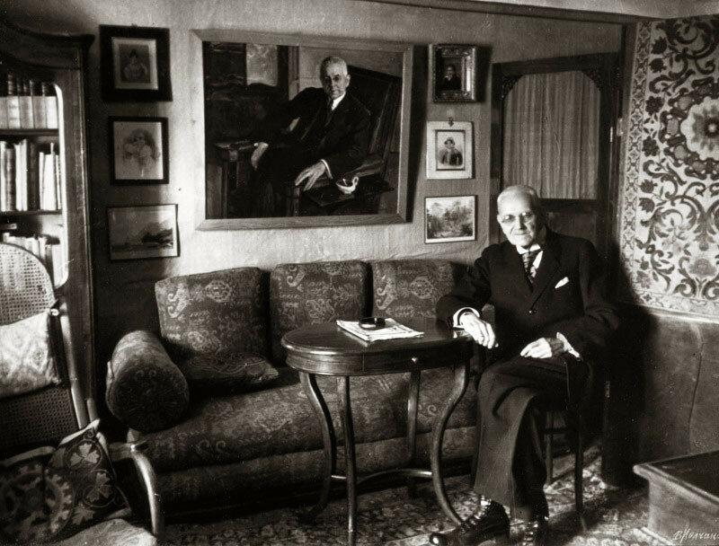 Н.И. Тютчев в своем кабинете в музее на фоне портрета, написанного М.В. Нестеровым