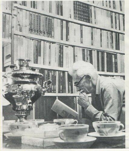 М.А. Мосолов в своей библиотеке. Тула, 1977..jpg