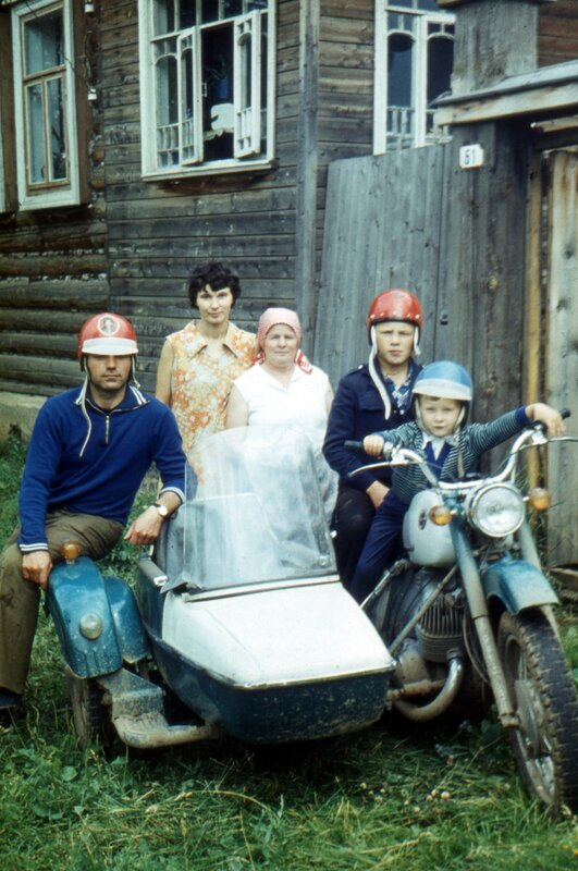 Воткинск, мб 1979 г. Дядя Володя, мама, бабушка Фиса, Сергей, я.