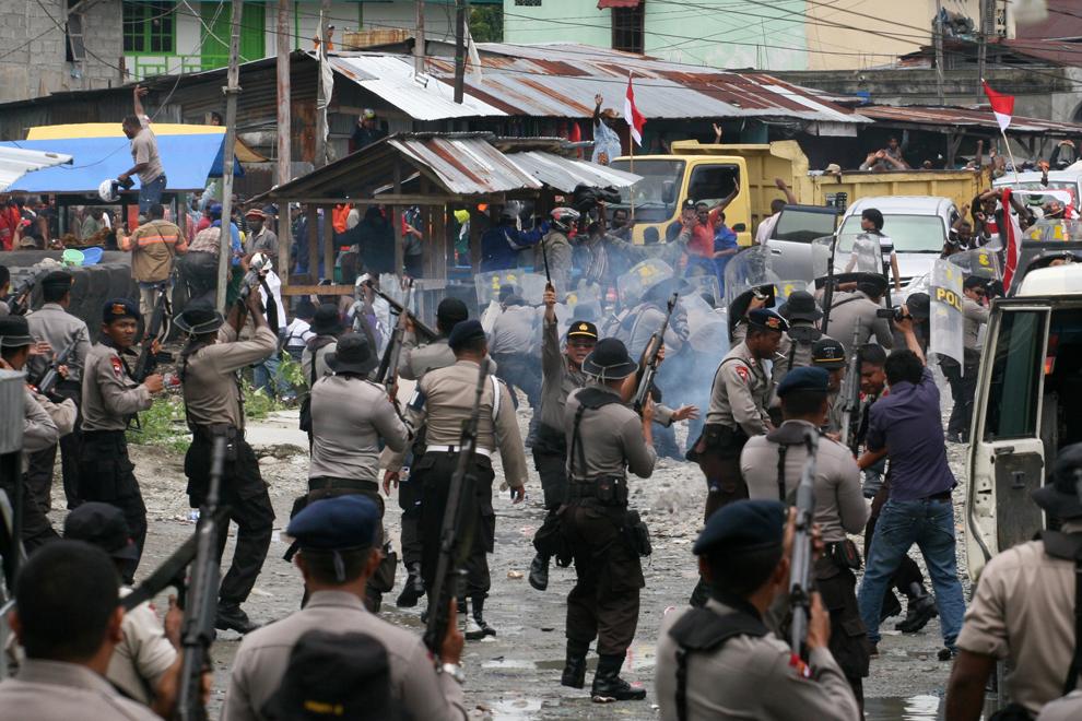 22. Полиция Индонезии разгоняет бастующих рабочих американской горнодобывающей компании Freeport McM