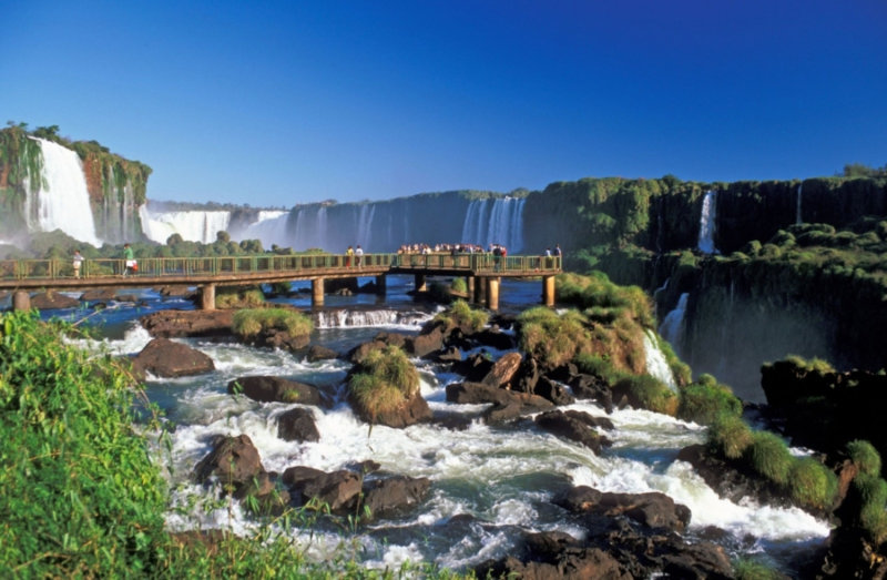 Поистине огромное впечатление путешественники могут получить, побывав рядом с водопадом Игуасу,