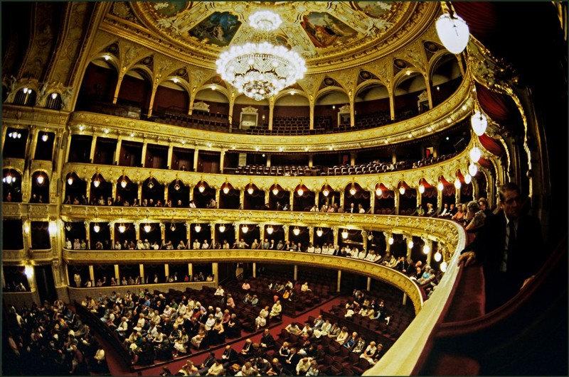 Одесский театра оперы и балета. Кадр сделан за несколько минут до начала выступления. Поделитесь