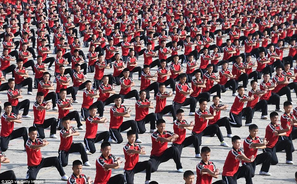 Кунг-фу хором: 30 тысяч учеников со всего мира показали класс в Шаолиньском монастыре (21 фото)