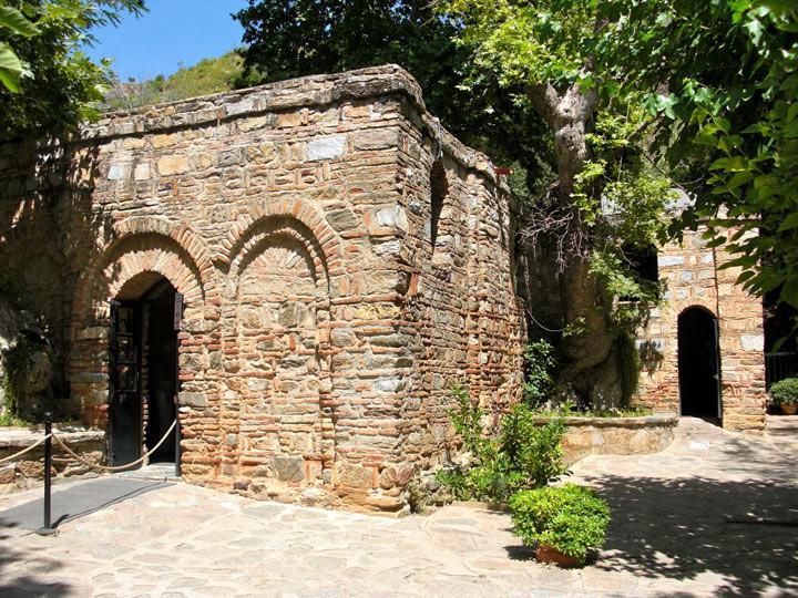 2. Дом Пресвятой Девы Марии в Эфесе – место паломничества христиан По легенде в Эфесе Дева Мария про