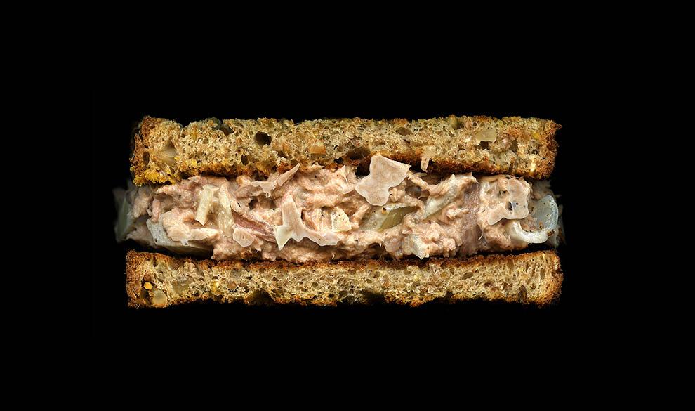 20. Консервированный тунец, лук, майонез, молотый перец, многозерновой хлеб.