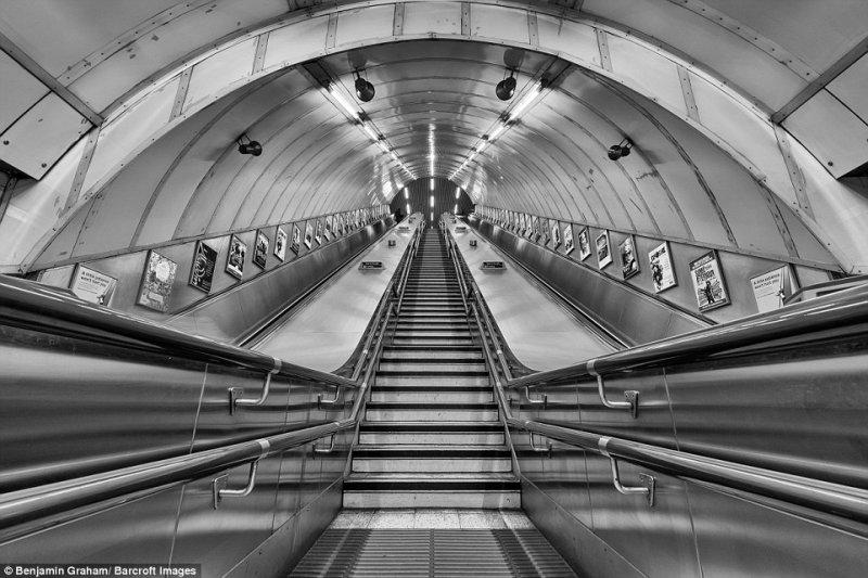 Пустые эскалаторы лондонского метро незадолго до утреннего часа пик.