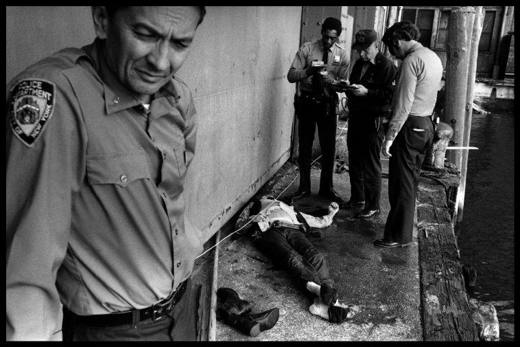 1978. Офицер Стив Крэйчи одевает бронежилет перед тем, как отправится патрулировать соседние здания.