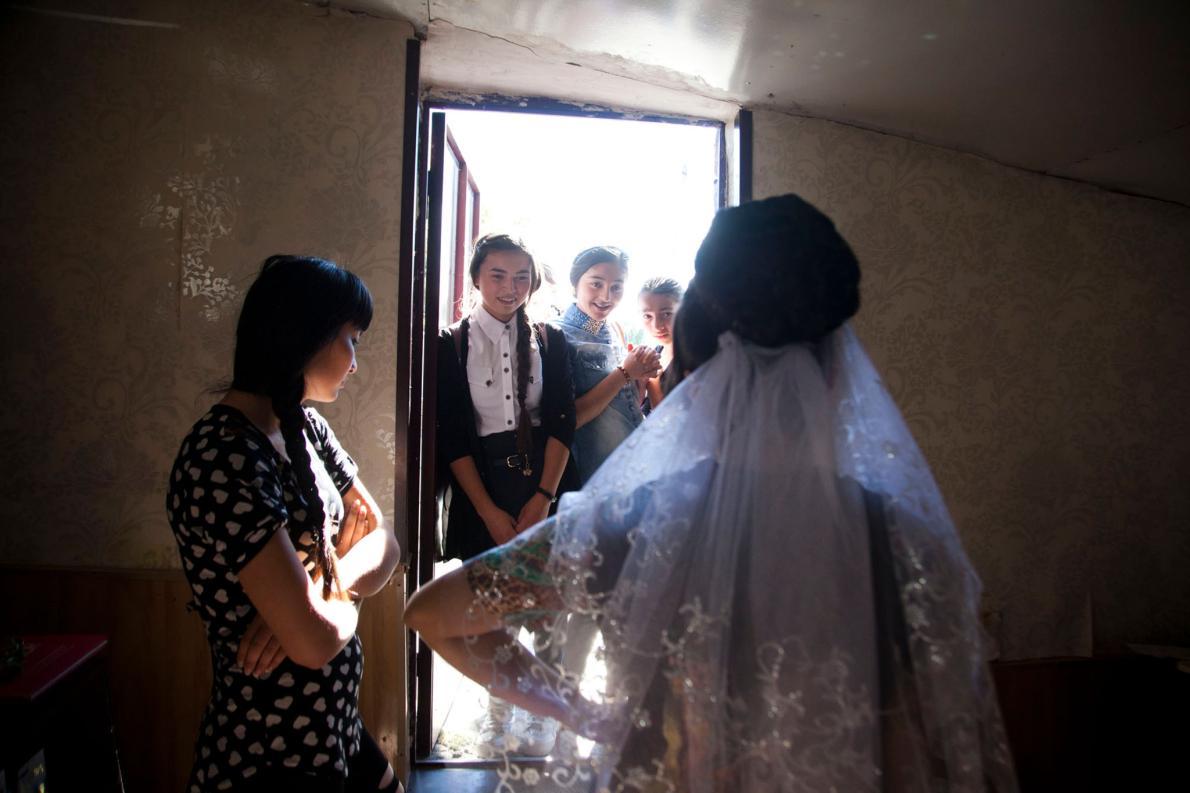 Одноклассницы невесты пришли похвалить ее платье. «Было очень трудно угадать ее чувства, — вспоминае