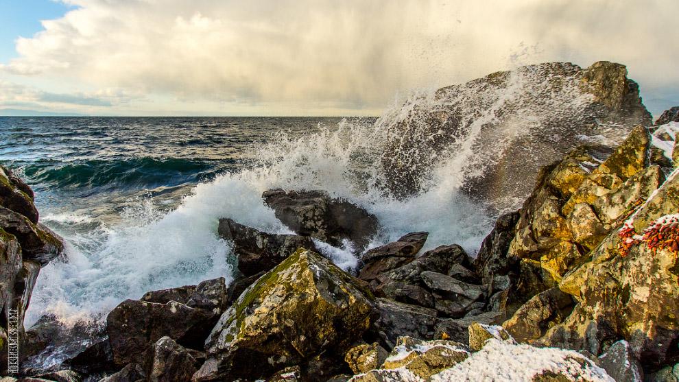 5. Середина ноября. Сосульки и лёд начинают брать в свои руки прибрежные скалы, камни и памятни