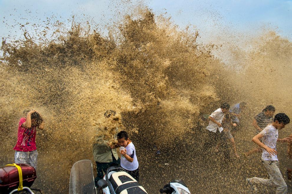 Чтобы «поупражняться» с приливной волной, сюда приезжает много туристов.