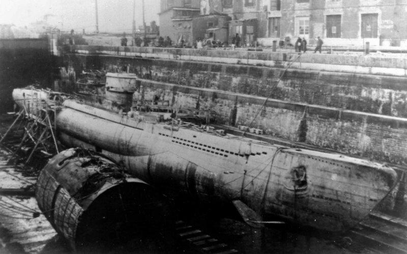 Немецкая подлодка U250 в Александровском доке Кронштадта 1944 год