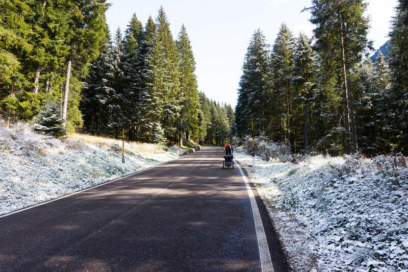 снег в октябре на перевале san pellegrino в альпах, италия