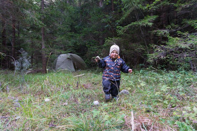 ночевка в палатке в лесу с ребенком в доломитовых альпах