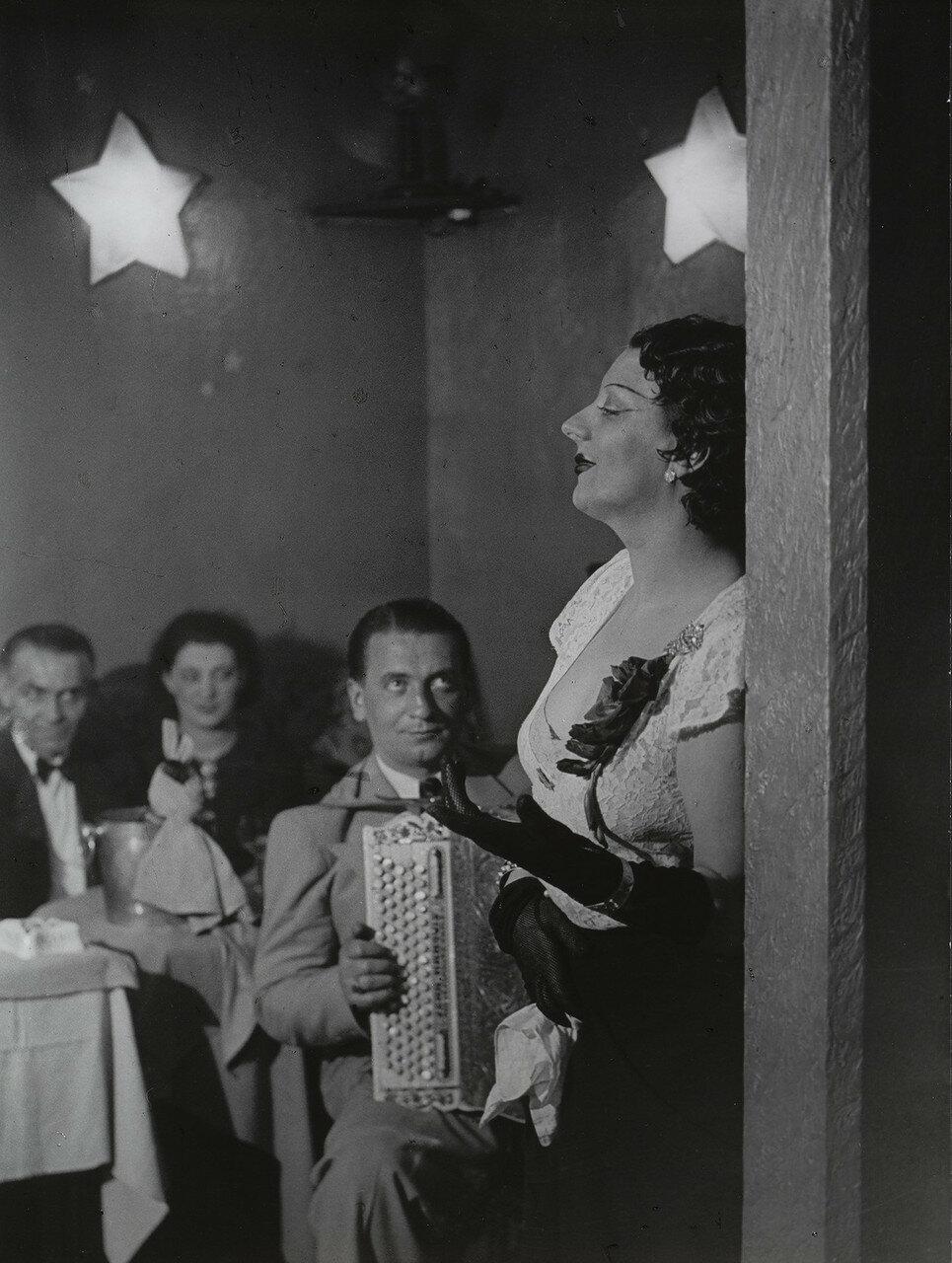 1932. Кики Монпарнас поет в «Кабаре де Флер», бульвар Монмарнас