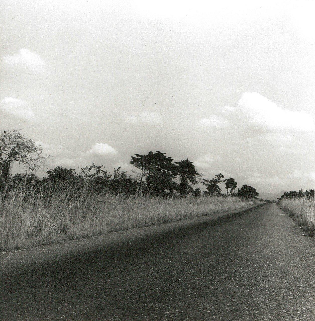 Гана. Аккра. Холмы Аквапим. Асфальтовая дорога Аккра-Соманья пролегающая через саванну