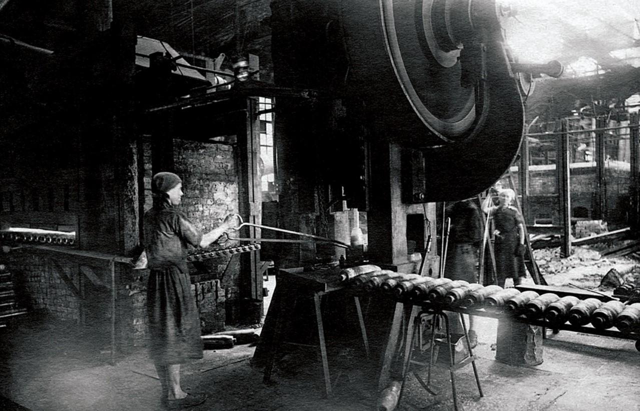 Златоуст. Оборонный завод. Поточная линия. 1943