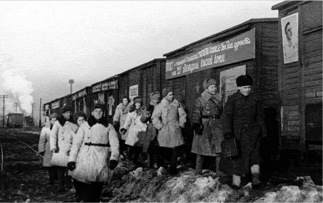 Миасс. Отправка поезда с подарками воинам-землякам на Северо-Западный фронт. 1943