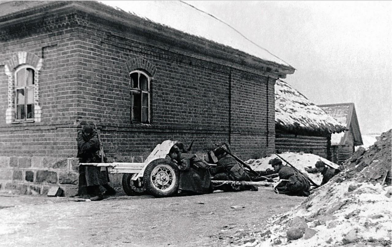 1942. Действующая армия. Наступление. Орудийный расчет Апенчука на временной огневой позиции