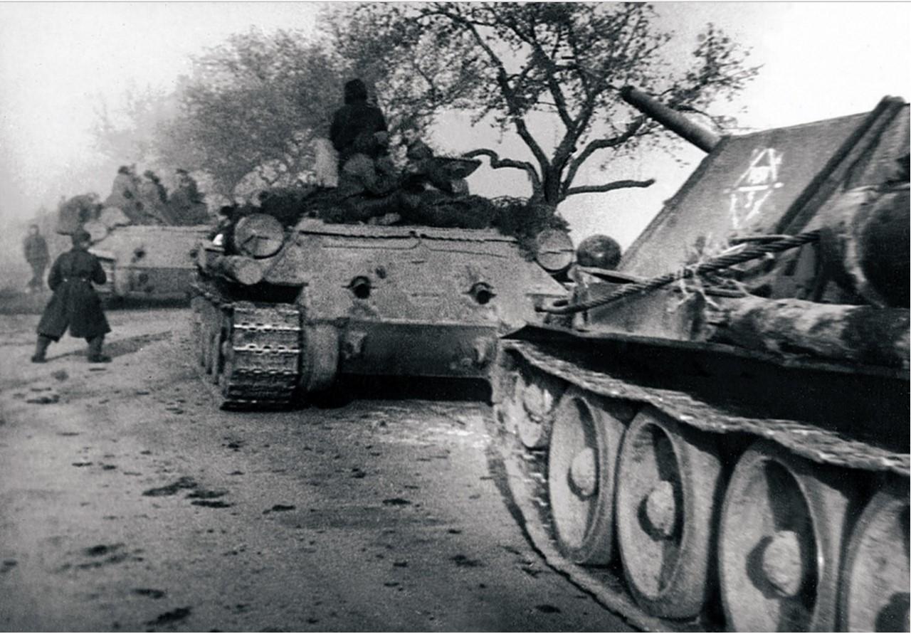 1944. Танки 44-й танковой бригады на марше. Польша