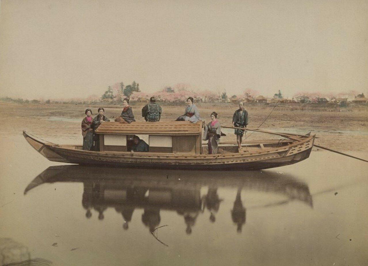 Токио. Прогулочная лодка на реке Сумида
