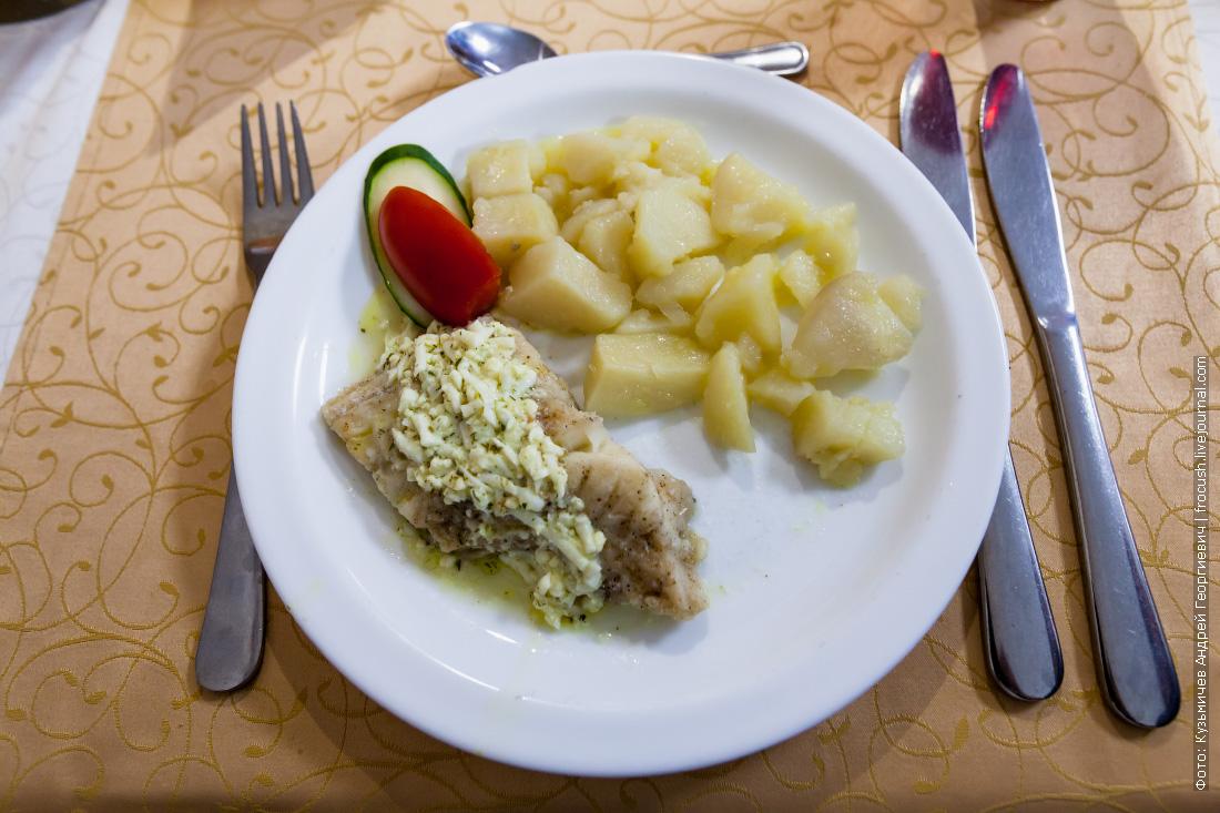 Рыба отварная, соус «Польский», картофель отварной с зеленью и маслом, овощи свежие
