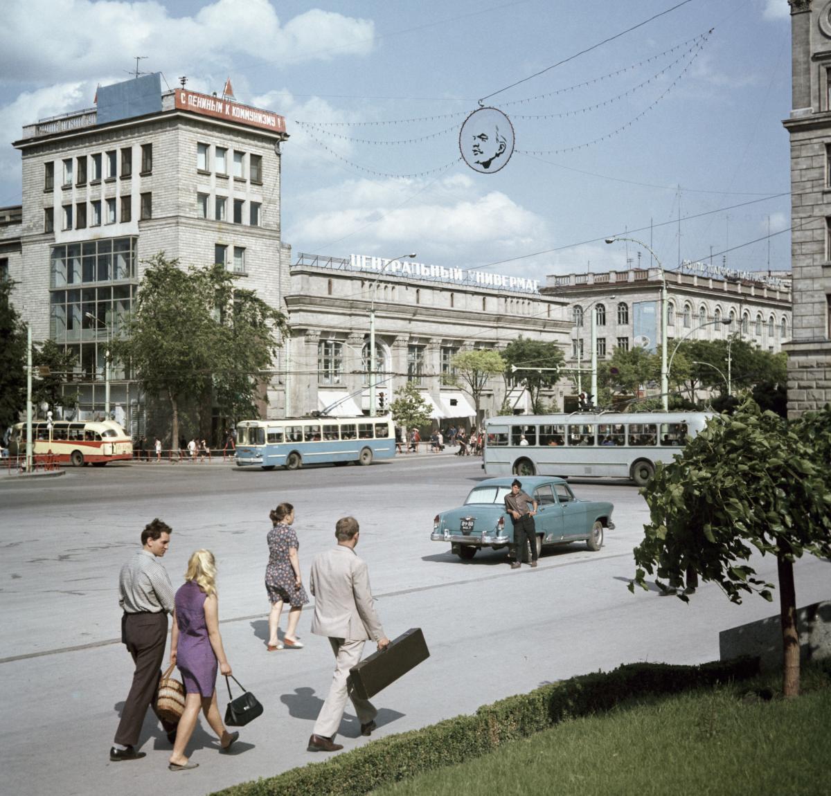 1970 Площадь Победы в Кишиневе Яков Берлинер Перекрёсток улиц Ленина и Пушкина.jpg